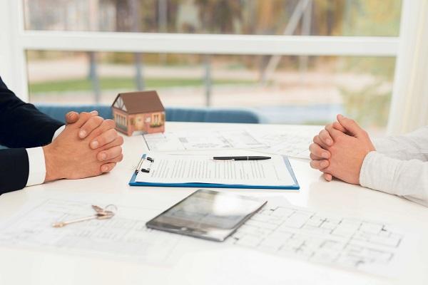 מה הפירוש וההשלכות של חוזה שכירות דירה בלתי מוגנת